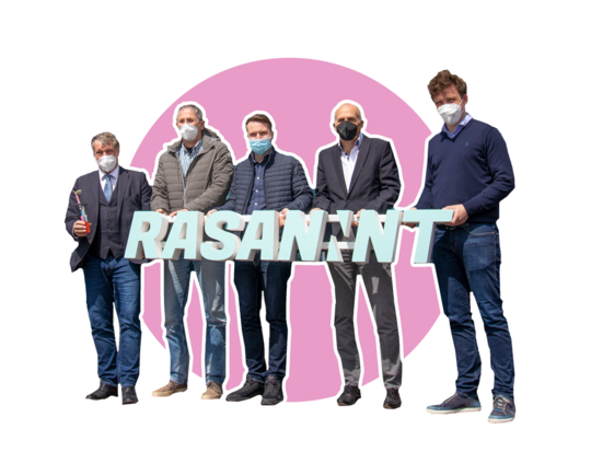 Neustädter Schulleiter mit RASANNNT-Banner in den Händen